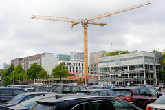 Fotos aus dem Hamburger Stadtteil Borgfelde - Bezirk Hamburg Mitte. Platz mit parkenden Autos und Baustelle mit Baukränen an der Anckelmannstraße.