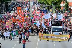 Demonstration Ein Europa für alle am 19.05.2019 mit   ca. 12 000 TeilnehmerInnen in der Hansestadt Hamburg. Demonstrationszug mit Fahnen, Schildern und Transparenten - Linker Bewegungsblock, Festung Europa einreissen.