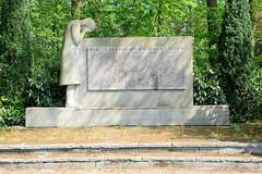Fotos aus der Gemeinde Bönnigstedt - Kreis Pinneberg - Metropolregion Hamburg. Gedenkstein an die Gefallenen von Weltkrieg I + II in der Bönningstedter Ellberbeker Straße.