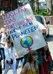 Demonstration Friday for the Future - globaler Klimastreik am 24.05.19 in der Hansestadt Hamburg. DemonstrantInnen protestieren mit selbstgemaltem Schild - Aufschrift Zerstört das Patriarch, nicht den Planeten.