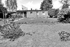Fotos  aus dem Hamburger Stadtteil Rothenburgsort - Bezirk Mitte. Flachbau mit gelber Ziegelfassade auf dem Gelände des Kleingartenvereins  Bundesbahn Landwirtschaft; im Hintergrund Lagergebäude an der Billstraße.