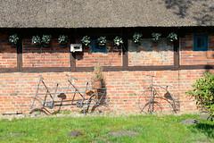 Fotos aus der Gemeinde Bönnigstedt - Kreis Pinneberg - Metropolregion Hamburg. Reetgedeckte Fachwerkscheune - Mauerwerk mit Dekoration in der Bönningstedter Dorfstraße.