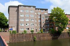 Fotos aus dem Hamburger Stadtteil Hamm - Bezirk Mitte.  Wohnblocks in schlichter Ziegelarchitektur am Mittelkanal / Grevenweg.