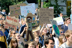 Demonstration Friday for the Future - globaler Klimastreik am 24.05.19 in der Hansestadt Hamburg. DemonstrantInnen protestieren mit selbstgemalten Schildern / Plakaten  - Aufschrift z.B. Rettet die Pole, raus aus der Kohle.