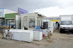 Bilder aus dem Hamburger Stadtteil Rothenburgsort - Bezirk Mitte. Auf einer Freifläche an der Billstraße sind gebrauchte Tiefkühltruhen teilweise gestapelt und werden zum Verkauf angeboten.