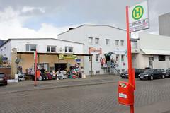 Bilder aus dem Hamburger Stadtteil Rothenburgsort - Bezirk Mitte. Lagerhäuser an der Billstraße werden von kleinen Geschäften für den Direktverkauf von unterschiedlichsten Waren genutzt
