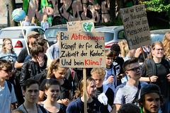 Demonstration Friday for the Future - globaler Klimastreik am 24.05.19 in der Hansestadt Hamburg. DemonstrantInnen protestieren mit selbstgemalten Schildern / Plakaten  - Aufschrift z.B. Bei Abtreibungen kämpft ihr für die Zukunft der Kinder. Und bei