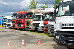 Fotos  aus dem Hamburger Stadtteil Rothenburgsort - Bezirk Mitte. Handel mit Lastkraftwagen - Zugmaschinen an der Straße Mühlenhagen.