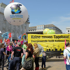 Demonstration Ein Europa für alle am 19.05.2019 mit   ca. 12 000 TeilnehmerInnen in der Hansestadt Hamburg.  Auftaktveranstaltung auf dem Hamburger Rathausmarkt - Demonstrantinnen mit Fahnen, Luftballons und Transparenten.