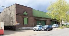 Bilder aus dem Hamburger Stadtteil Rothenburgsort - Bezirk Mitte.  Lagergebäude mit Ziegelfassade Blechtoren in der Billstraße.