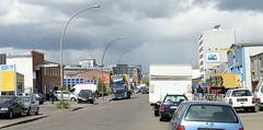 Bilder aus dem Hamburger Stadtteil Rothenburgsort - Bezirk Mitte. Industriegebiet/Gewerbegebiet an der Billstraße, parkende Autos sowie Lagerhäuser, Verwaltungsgebäude säumen den Straßenrand.