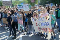 Demonstration Friday for the Future - globaler Klimastreik am 24.05.19 in der Hansestadt Hamburg. DemonstrantInnen protestieren mit selbstgemalten Schildern / Transparent  - Aufschrift z.B. Die Welt ist zu schade zum Sterben.