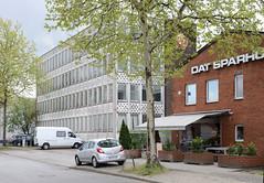 Bilder aus dem Hamburger Stadtteil Rothenburgsort - Bezirk Mitte. Verwaltungsgebäude mit Fassadendekor im Stil der 1960er Jahre in der Billstraße, davor ein Kiosk.