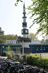 Fotos aus der Gemeinde Bönnigstedt - Kreis Pinneberg - Metropolregion Hamburg. Metallskulptur / Turm auf dem Schulhof der Bönningstedter Schule Rugenbergen.