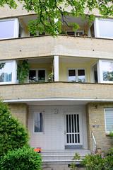 Fotos aus dem Hamburger Stadtteil Borgfelde - Bezirk Hamburg Mitte.  Architektur der 1960er Jahre - Hauseingang und Hausfassade mit gelben Ziegeln /schräg zulaufende Balkons im Ausschläger Weg.