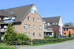 Fotos aus der Gemeinde Bönnigstedt - Kreis Pinneberg - Metropolregion Hamburg. Mehrstöckige Wohnblocks mit Satteldach und Dachwohnungen in der Bönningstedter Kieler Straße.