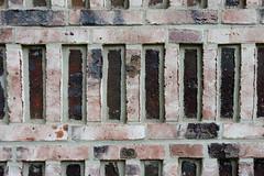 Fotos aus dem Hamburger Stadtteil Borgfelde - Bezirk Hamburg Mitte. Symmetrisch angeordnete gebrannte Ziegel / Klinker am Neubau  der beruflichen Schule an der Ankelmannstraße.