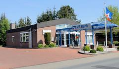 Fotos aus der Gemeinde Bönnigstedt - Kreis Pinneberg - Metropolregion Hamburg. Verwaltungsarchitektur - Bankgebäude in der Bönningstedter Bahnhofsstraße - langgezogenes Schutzdach im Eingangsbereich.