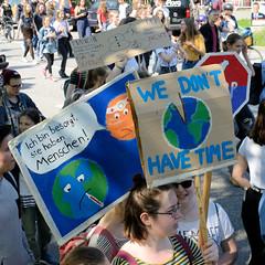 Demonstration Friday for the Future - globaler Klimastreik am 24.05.19 in der Hansestadt Hamburg. DemonstrantInnen protestieren mit selbstgemalten Schildern / Plakaten - Aufschrift z.B. We don't have time.
