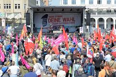Demonstration Ein Europa für alle am 19.05.2019 mit   ca. 12 000 TeilnehmerInnen in der Hansestadt Hamburg. Auftaktveranstaltung auf dem Hamburger Rathausmarkt - Demonstrantinnen mit Fahnen und Transparenten.