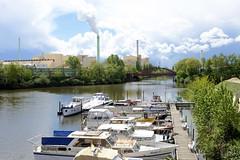 Fotos  aus dem Hamburger Stadtteil Rothenburgsort - Bezirk Mitte.  Blick von der Liebigbrücke auf einen kleinen Sportboothafen am Tiefstack - Kanal - im Hintergrund die Industriearchitektur mit qualmenden Schornsteinen der Müllverwertungsanlage in