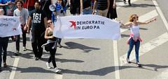 Demonstration Ein Europa für alle am 19.05.2019 mit   ca. 12 000 TeilnehmerInnen in der Hansestadt Hamburg. Demonstrantinnen mit dem Transparent - Schwalbe, Demokratie in Eurpa.