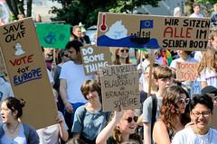 Demonstration Friday for the Future - globaler Klimastreik am 24.05.19 in der Hansestadt Hamburg. DemonstrantInnen protestieren mit selbstgemalten Schildern / Plakaten  - Aufschrift z.B. Wir alle sitzen im selben Boot.
