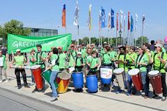Demonstration Ein Europa für alle am 19.05.2019 mit   ca. 12 000 TeilnehmerInnen in der Hansestadt Hamburg. Auftritt der Greenpeace RainbowDrums auf dem Jungfernstieg.