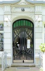 Fotos aus dem Hamburger Stadtteil Hoheluft West, Bezirk Hamburg Eimsbüttel. Eingangstür eines Etagenhauses in der Mansteinstraße - Jugendstilschmuck; erbaut 1904 - Architekt Franz Mehr..