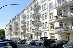 Fotos aus dem Hamburger Stadtteil Eppendorf - Bezirk Hamburg Nord. Historische Etagenhäuser / Jugendstilarchitektur in der Erikastraße, parkende KFZ.