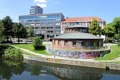 Bilder aus dem Hamburger Stadtteil Hoheluft Ost - Bezirk Hamburg Nord. Blick über den Isebekkanal zum Lehmweg und Bürogebäuden vom Falkenried Quartier.