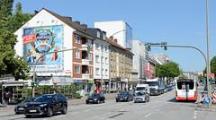 Bilder aus dem Hamburger Stadtteil Hoheluft West, Bezirk Hamburg Eimsbüttel. Wohnhäuser und Geschäfte an der verkehrsreichen Hoheluftchaussee - ein Bus fährt auf der Busspur Richtung Gärtnerstraße.