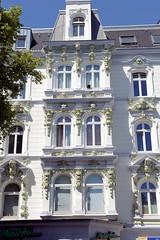 Architekturfotos aus dem Hamburger Stadtteil Eimsbüttel - Bezirk Eimsbüttel; Wohnhaus / Geschäftshaus am Eppendorfer Weg - aufwändig mit Stuckelementen verzierte Fassade. Das Gebäude wurde 1890 errichtet, Architekten Schmidt & Wurzbach. Im Erdgeschos