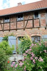 Fotos von Lübeln,  Ortsteil der Gemeinde Küsten; Landkreis Lüchow-Dannenberg - Metropolregion Hamburg; ehem. Speichergebäude der Lübelner Mühle - blühende Rosen.