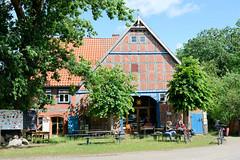 Fotos vom Dorf Diahren; Ortsteil der Gemeinde Waddeweitz, Landkreis Lüchow-Dannenberg - Metropolregion Hamburg. Fachwerkgebäude / Scheune als Wohnhaus umgebaut.