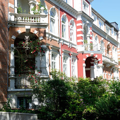 Bilder aus dem Hamburger Stadtteil Hoheluft West, Bezirk Hamburg Eimsbüttel. Gründerzeitarchitektur im Hamburger Generalsviertel - Eingang mit Säulen und Balkon.