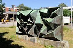 Architekturfotos aus dem Hamburger Stadtteil Eimsbüttel - Bezirk Eimsbüttel; Plastik - Kunst im öffentlichen Raum vor dem Hamburg-Haus. Die Skulptur wurde 1967 aufgestellt - Bildhauerin / Künstlerin Hildegard Stromberg.