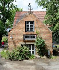 Fotos von Belitz,  Ortsteil der Gemeinde Küsten; Landkreis Lüchow-Dannenberg - Metropolregion Hamburg. Landwirtschaftliches Nebengebäude / Schuppen mit Wetterfahne.