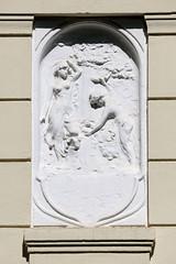 Bilder aus dem Hamburger Stadtteil Hoheluft Ost - Bezirk Hamburg Nord. Fassadenrelief - Nymphen, junge nackte Frauen beim Baden - Bauschmuck der Gründerzeit.