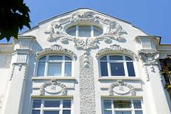 Architekturfotos aus dem Hamburger Stadtteil Eimsbüttel - Bezirk Eimsbüttel; Stuckverzierung eines Etagenhauses in der Ottersbekallee. Das Jugendstilgebäude wurde 1909 errichtet - Architekt Carl Plötz, das Gebäude steht unter Denkmalschutz..