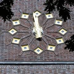 Bilder aus dem Hamburger Stadtteil Hoheluft Ost - Bezirk Hamburg Nord. Schuluhr / Turmuhr am Gymnasium Curschmannstraße - Architekt Fritz Höger, 1928.