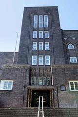 Bilder aus dem Hamburger Stadtteil Hoheluft Ost - Bezirk Hamburg Nord. Eingang mit Treppehaus,  Gymnasium Curschmannstraße - Architekt Fritz Höger, 1928.