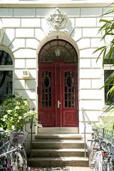 Architekturfotos aus dem Hamburger Stadtteil Eimsbüttel - Bezirk Eimsbüttel; Eingang eines Wohnhauses in der Ottersbekallee. Das Gebäude wurde 1911 errichtet, Architekt Edmund Gevert.