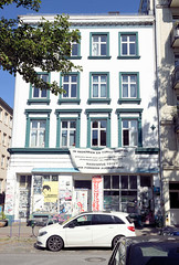 Architekturfotos aus dem Hamburger Stadtteil Eimsbüttel - Bezirk Eimsbüttel; Etagenhaus im Kleinen Schäferkamp - Transparent, In Gedenken an Tonou-Mbobda, Rassismus tötet.