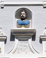 Architekturfotos aus dem Hamburger Stadtteil Eimsbüttel - Bezirk Eimsbüttel; farbige Büste eines Militärs an einer Hausfassade.