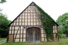 Fotos vom Dorf - Ortsteil Prezier; Gemeinde Lemgow, Landkreis Lüchow-Dannenberg - Metropolregion Hamburg. Fachwerkscheune mit Holztor und Balkeninschrift.