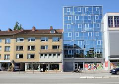 Bilder aus dem Hamburger Stadtteil Hoheluft West, Bezirk Hamburg Eimsbüttel. Wohnhäuser / Geschäfte in der Hoheluftchaussee - Gebäude mit gelber Ziegelfassade der 1960er Jahre steht neben einem modernen Neubau mit Glasfassade.