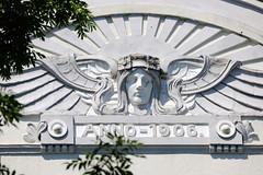Bilder aus dem Hamburger Stadtteil Hoheluft Ost - Bezirk Hamburg Nord. Bauschmuck - Fassadendekor, Jugendstil Engel mit aufgehender Sonne - Schriftzug Anno 1906.