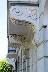 Bilder aus dem Hamburger Stadtteil Hoheluft Ost - Bezirk Hamburg Nord. Mit Gold verzierte Jugenstil Balkonstützen eines Etagenhauses in der Breitenfelder Straße.