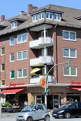 Fotos aus dem Hamburger Stadtteil Hoheluft West, Bezirk Hamburg Eimsbüttel. Wohn- und Geschäftshaus an der Hoheluftchaussee - Baustil der 1960er Jahre; Eckhaus mit runden Balkons.
